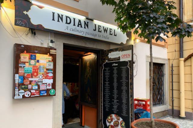 Sisäänkäynti Indian Jewel -ravintolaan Prahassa
