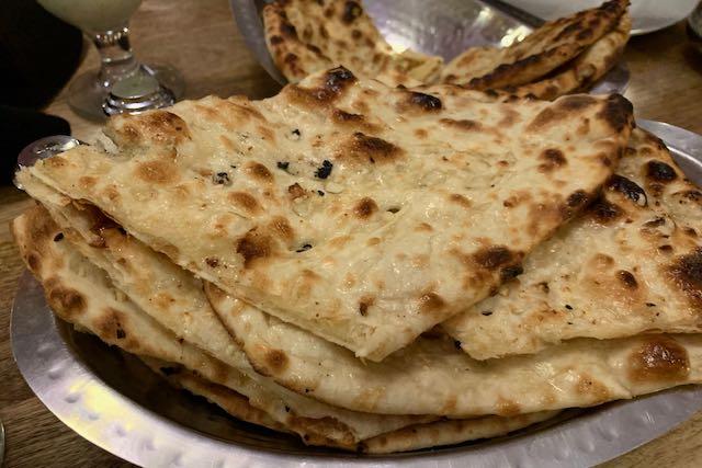Naanleipiä prahalaisessa intialaisessa ravintolassa