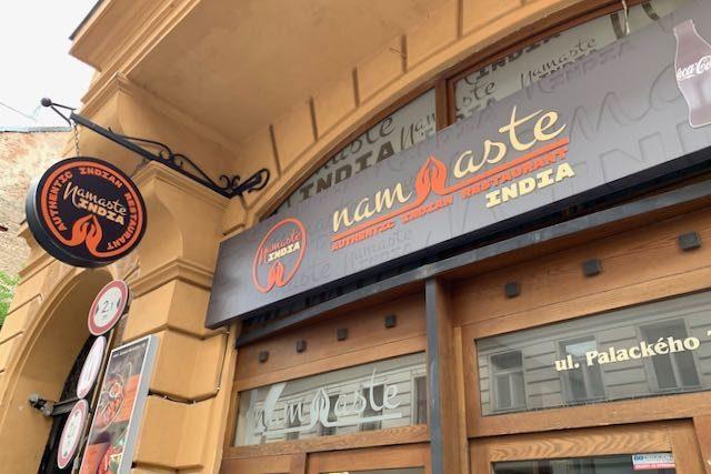 Intialaisen ravintola Namaste Indian julkisivua Prahassa