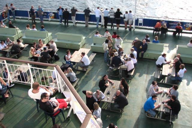 Risteilymatkustajia laivan kannella