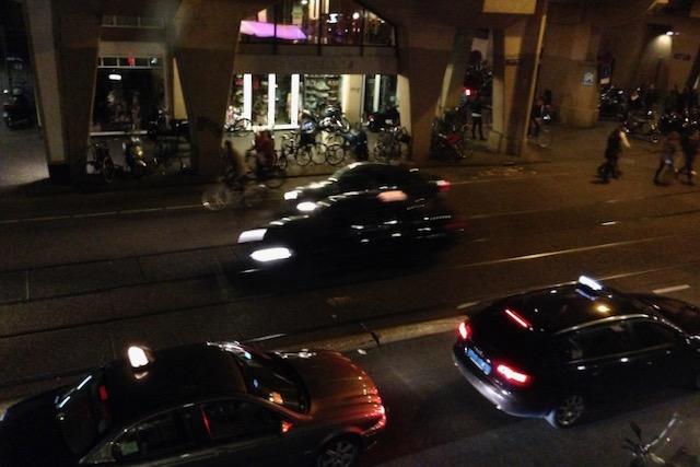 Liikennettä yöaikaan Amsterdamin kadulla