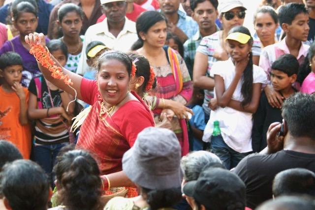 Karnevaalikulkuetta ja karnevaaliyleisöä Goassa, Intiassa