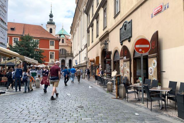 Terasseja Prahan kesäisessä katukuvassa
