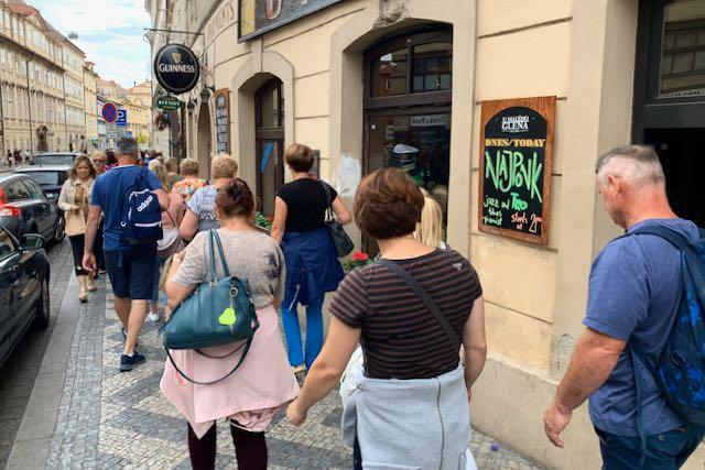 Turisteja ja pubeja Prahan katukuvassa