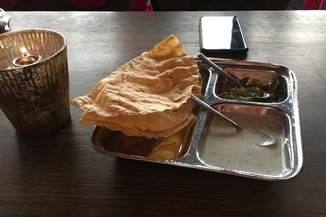 Alkupala pappadum intialaisessa ravintola Mr. Indiassa Oslossa