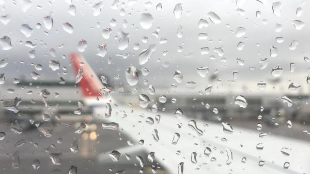 Norwegianin lentokone Helsinki-Vantaan lentoasemalla sateessa