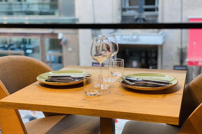 Ikkunapöytä The South Indian ravintolassa Helsingissä