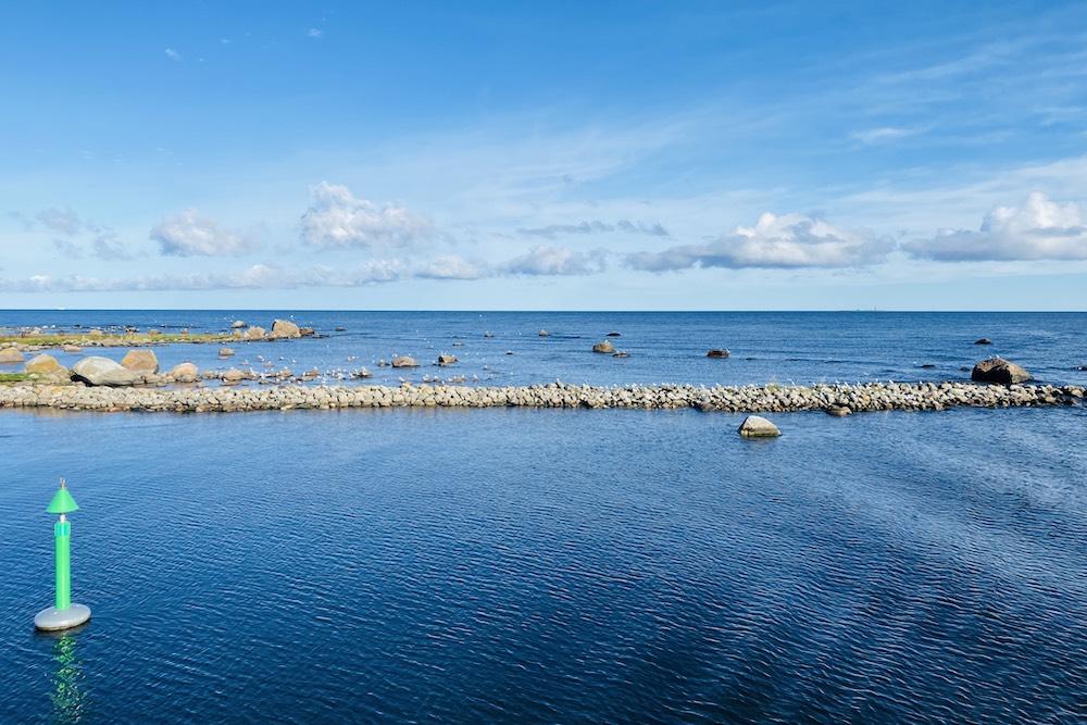 Näkymä Kelnasen satamasta Pranglin saarella ja horisontissa Tallinna