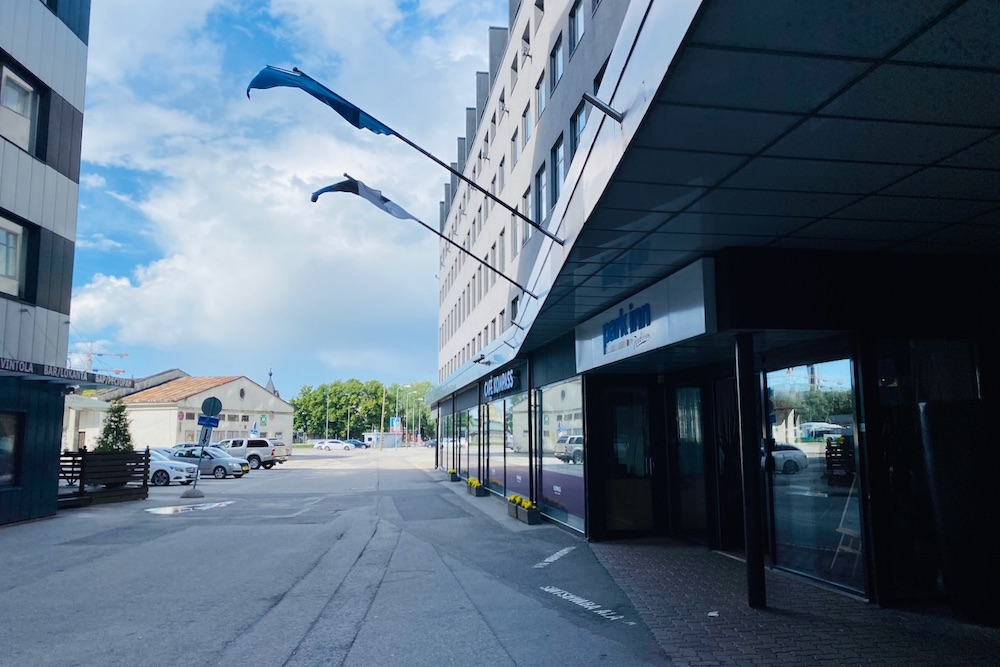 Park Inn -hotellin sisäänkäynti Tallinnassa