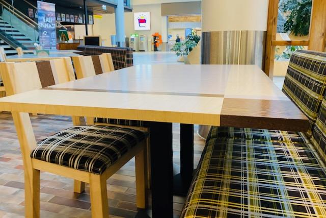 Banana Leaf -ravintolan pöytä ja tuolit