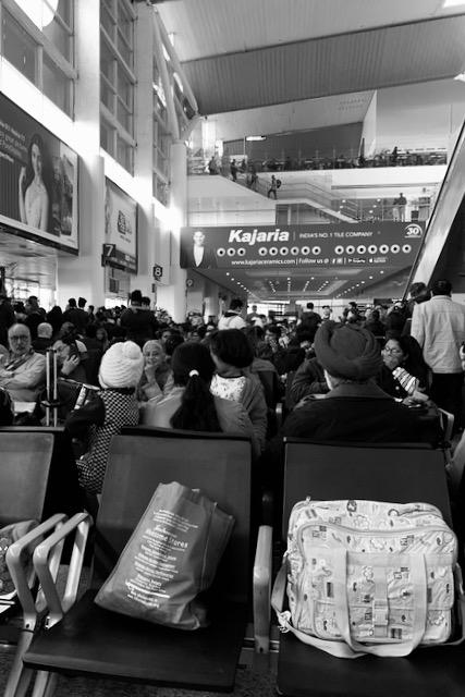 Delhin kotimaan lentokenttä ja ravintolanurkkaus ylhäällä vastapäätä