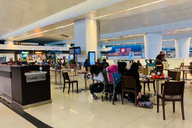 Ravintolapöytiä Delhin lentokentällä