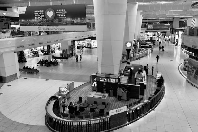 Kauppoja ja kahviloita Delhin kansainvälisellä lentokentällä