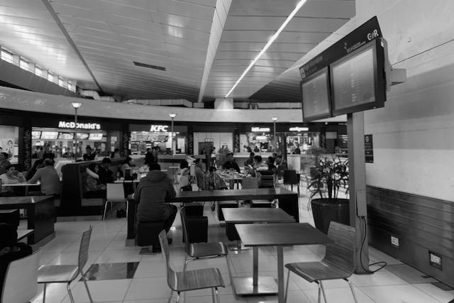 Ravintolapöytiä Delhin kansainvälisellä lentokentällä