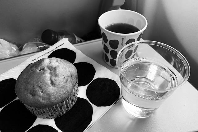 Mehu, kahvi ja munkki Finnairin lennolla Delhistä Helsinkiin