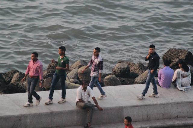 Ihmisiä Marine Drivella Mumbaissa