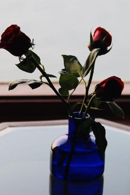 Ruusuja hotellihuoneessa Mumbaissa