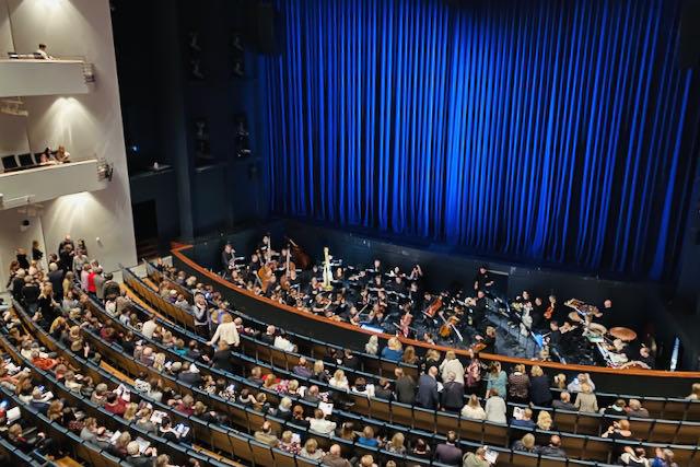 Oopperatalon orkesteri ja Bajadeeri-baletin katsomoa