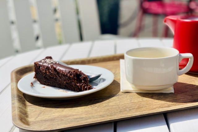 Vihreää teetä kakun kera Lasipalatsin terassilla