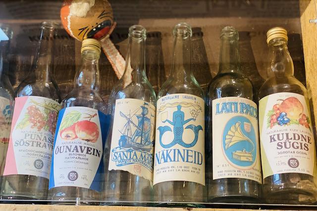 Kauniita juomapulloetikettejä Viron Rantakansan museossa