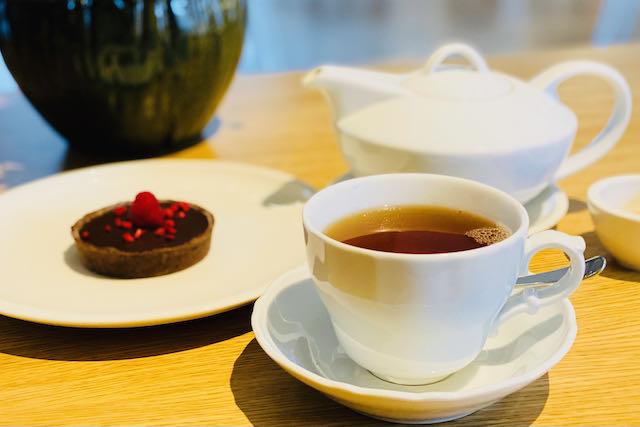 Mustaa teetä kera gluteenittoman leivoksen Tallinnassa